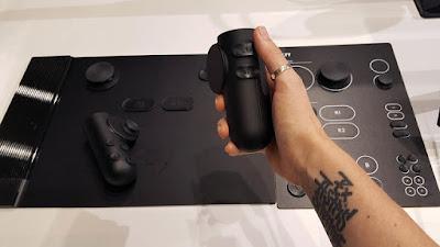 Controlador de juegos accesible Plyy que es una alfonbrill a, mandos y botones de diferente tamaño