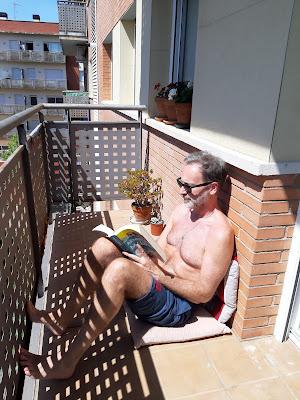 Llegint al balcó durant el confinament domiciliari