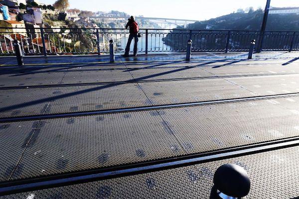 ドンルイス1世橋の橋の上、歩行者もトラムも走る