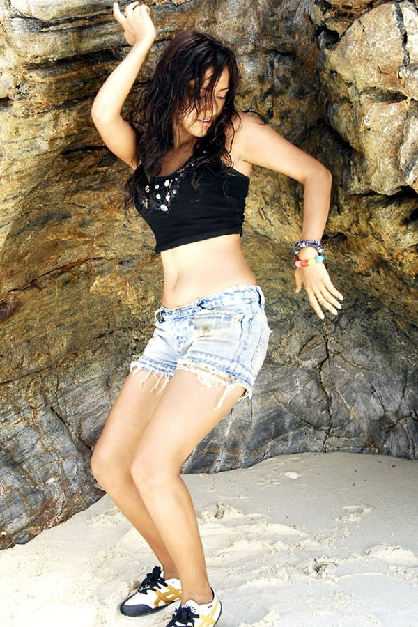 Bihar Girl Wallpaper Indian Beauties Neha Sharma In Jeans Shorts