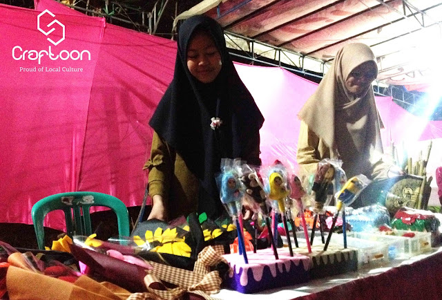 Tim Craftoon memamerkan hasil kerajinan tangan dan kaos khas Kudus dalam pameran Kanker Expo 2019 Haul Mbah Rogo Moyo, Kaliwungu, Kudus, 6-13 September 2019. (foto Abdul Arif)