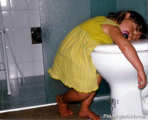 Em bé ngủ ở toilet