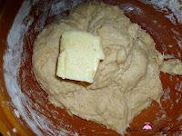 Añadiendo mantequilla a la masa