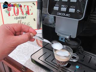 preparazione del caffè schiumato con Cecotec Cumbia Power Matic-ccino 6000