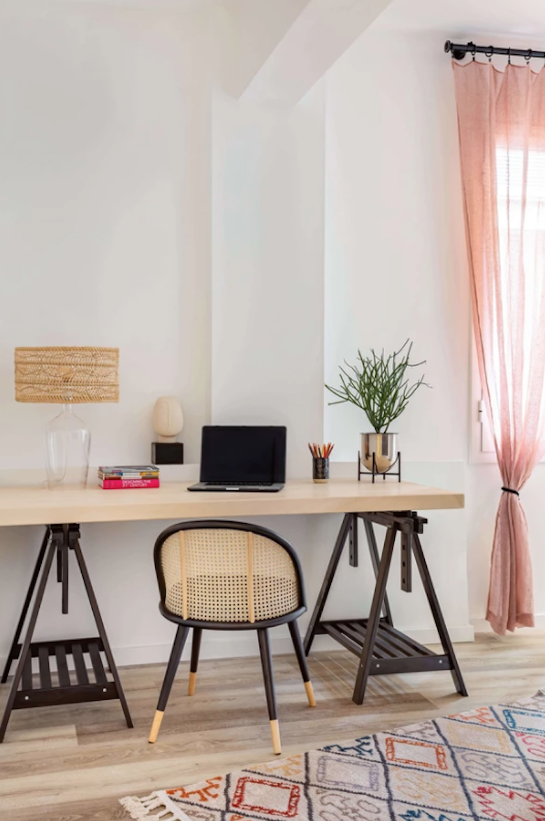 Despacho con decoración de inspiración tropical: tabla y caballetes pintados de IKEA.