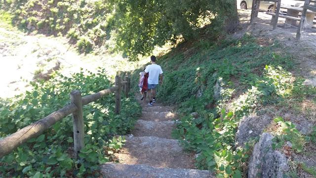 Acesso pedonal por escadas a zona fluvial