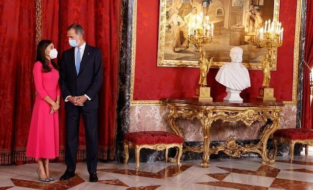Queen Letizia wore a fuchsia dress by Moises Nieto. President Joao Manuel Goncalves Lourenco and Ana Afonso Dias Lourenco