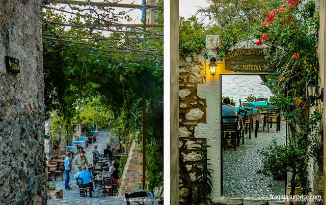 Cafés ao ar livre em Monemvasia, no Peloponeso