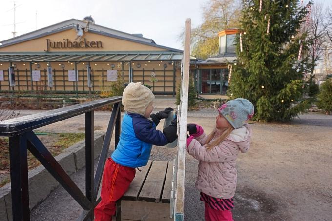 Lapsilla on hauskaa Tukholman Junibackenissa