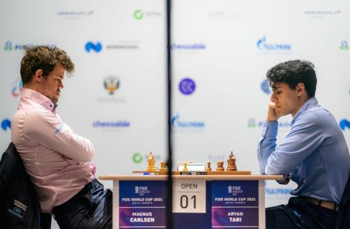 Le champion du monde d'échecs norvégien Magnus Carlsen profite d'une gaffe de son compatriote Aryan Tari pour s'imposer avec les pièces blanches dans la première partie du 3ème tour - Photo © Eric Rosen