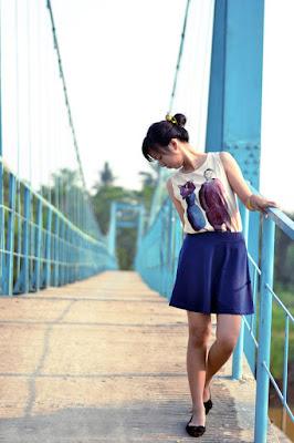 Victoria cewek imut manis dan seksi hot pakai rok mini di jembatan