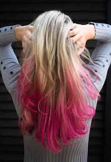 Glitzi: tratamientos de belleza a domicilio. Mujer con cabello rubio, con puntas teñidas de rosa.