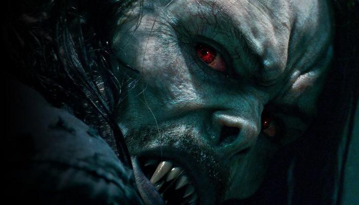 Imagem: o vampiro Morbius, um monsto pálido com os cabelos longos e pretos, olhos vermelhos e dentes pontiagudos.