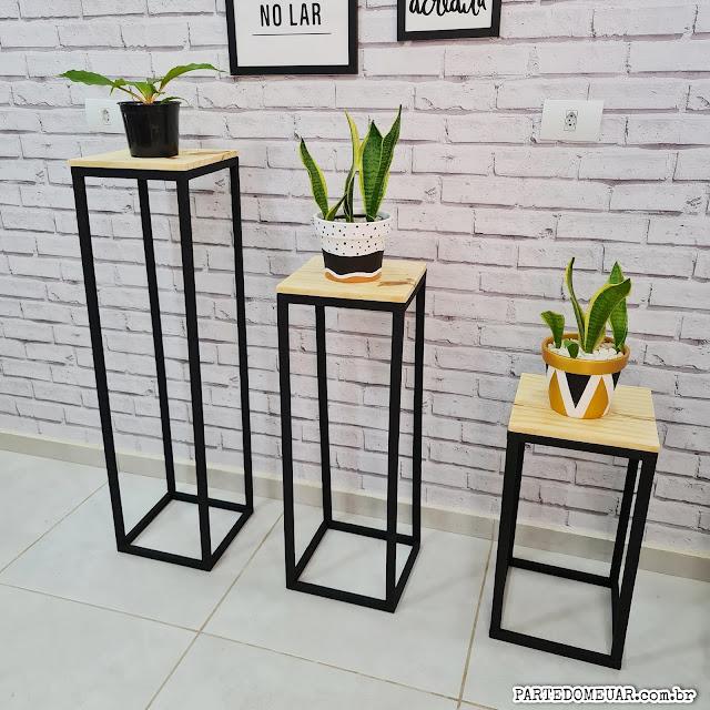 trio de mesas de madeira