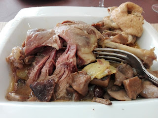 Comiendo confit de pato al Jerez con setas y patatas.