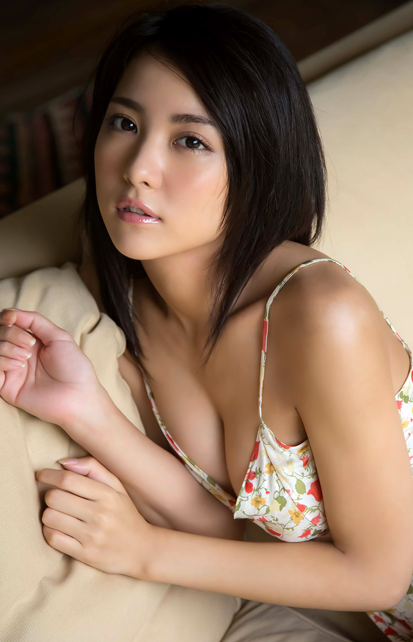ren ishikawa sexy cleavage pics 02