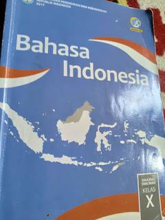 Buku bahasa indonesia terbitan kemendikbud memuat materi pelajaran dari semester satu hingga dua.