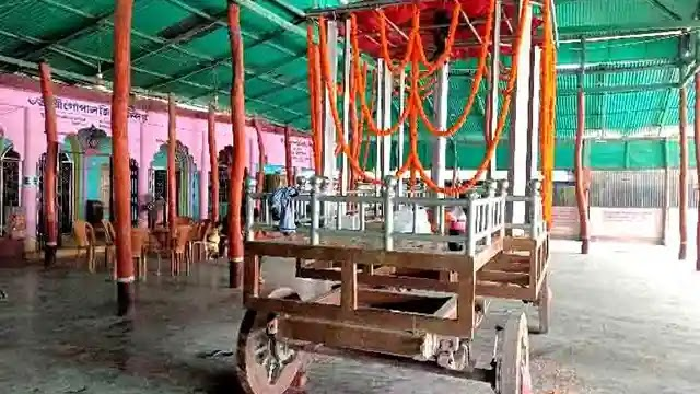 উল্লাপাড়ায় গোপাল জিউ মন্দিরের মেঝেতে চাকা ঘুরলো রথের