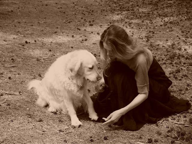 Linda a Cilka v lese (fotka s efektem sépie)