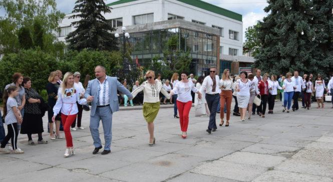 На сьогодні географія свята охоплює понад 50 країн. Однією з найяскравіших  традицій свята стали паради вишиванок. Як і в інших містах України у  Чорткові ... 4ff2846410799