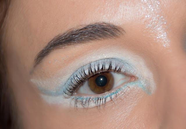 maquillage des yeux blanc et bleu ciel , paillettes