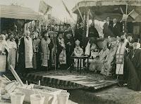 Patriarhul Damianos al Ierusalimului înconjurat de mitropoliții și episcopii țării în așteptarea începerii solemnității punerii pietrii fundamntale a catedralei din Bălți. 28 septembrie 1924