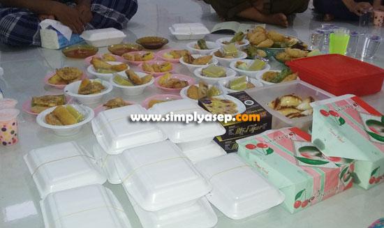 TAKJIL : Berbagai hidangan untuk berbuka puasa seperti dalam foto di atas ini merupakan donasi atau sumbangan dari warga komplek yang sudah mendapatkan surat dari panitia Ramadhan sebelumnya. Foto Asep Haryono
