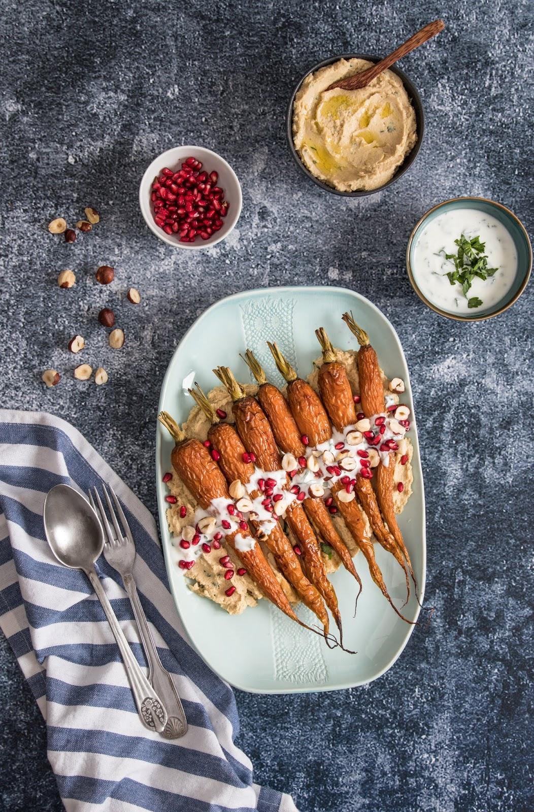 cenouras assadas em mel com hummus de grão e romã e avelã