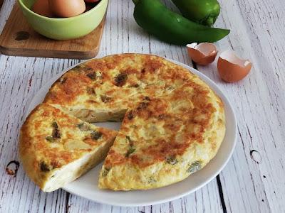 Tortilla de patatas con pimientos verdes
