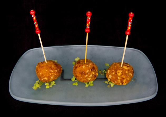 Rocas de pollo, plátano y queso con rebozado de nueces | Aperitivo ideal para fiestas