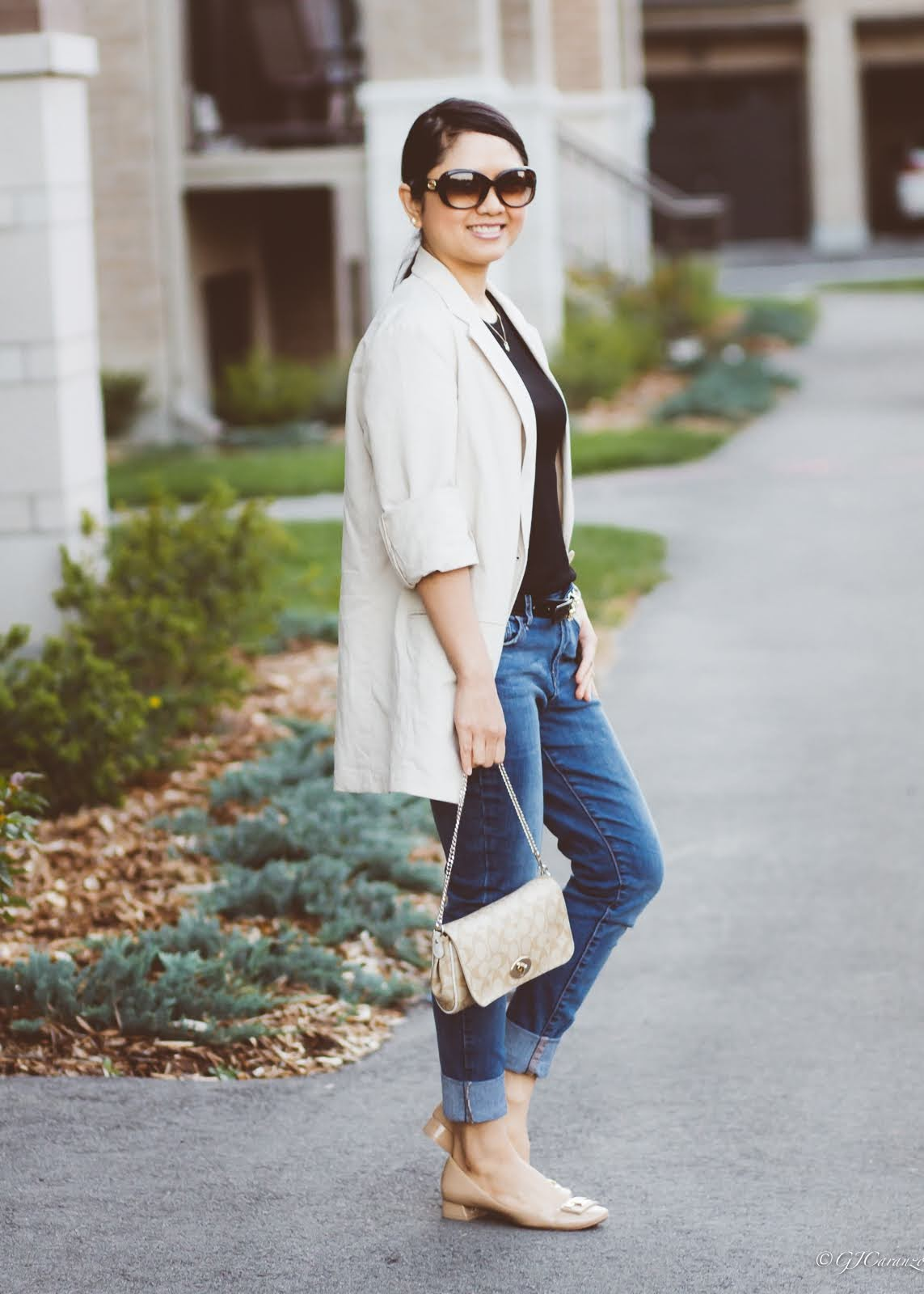 oversized linen blazer_tory burch nude patent pumps_coach bag_tory burch reversible belt_gucci sunglasses_mom style_petite casual outfit_blue jeans
