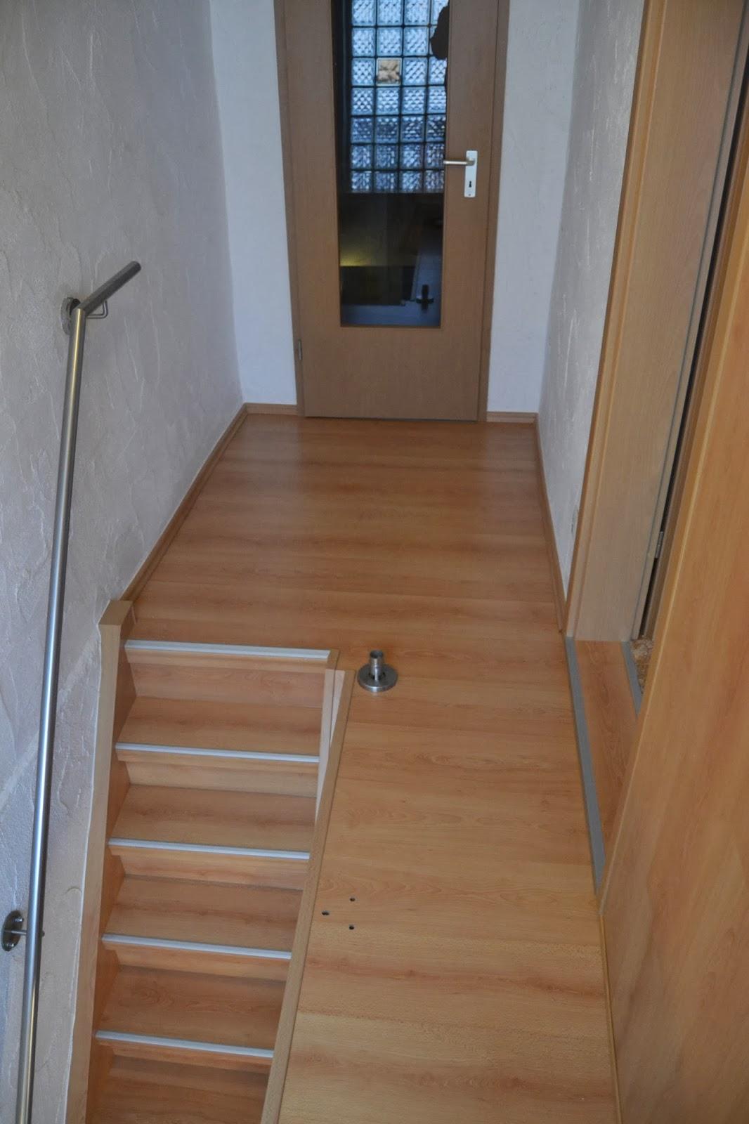 fertig renovierte Treppe - Podestfläche in gleicher Optik - Dekor Buche