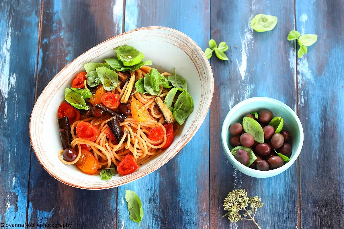 Spaghetti con pomodorini e melanzane
