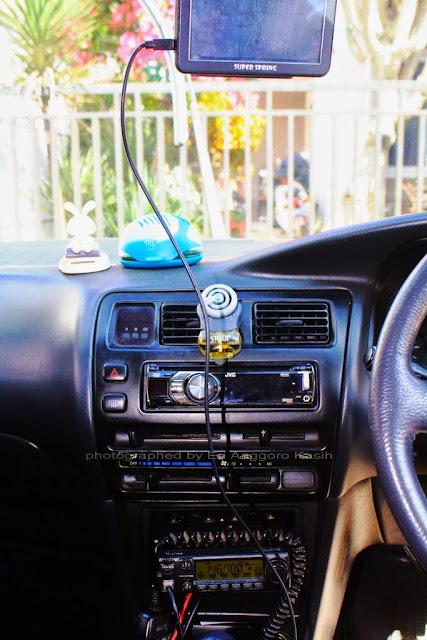 Ilustrasi gps dan radio komunikasi (rakom) terpasang di mobil.