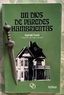Portada del libro Un dios de paredes hambrientas, de Garrett Cook