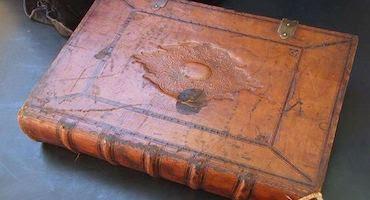 كتاب ظلال على جدران الموت الكتاب الذي يقتل كل من يلمسه