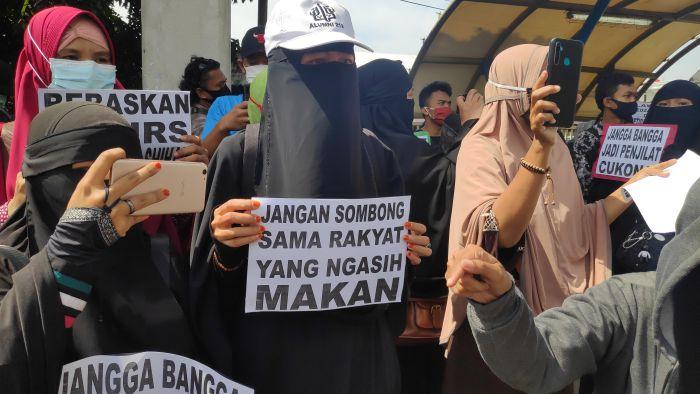 Tak Gentar! Usai Diusir Polisi, Barisan Emak-Emak Berjubah Hitam Kembali Geruduk di PN Jaktim