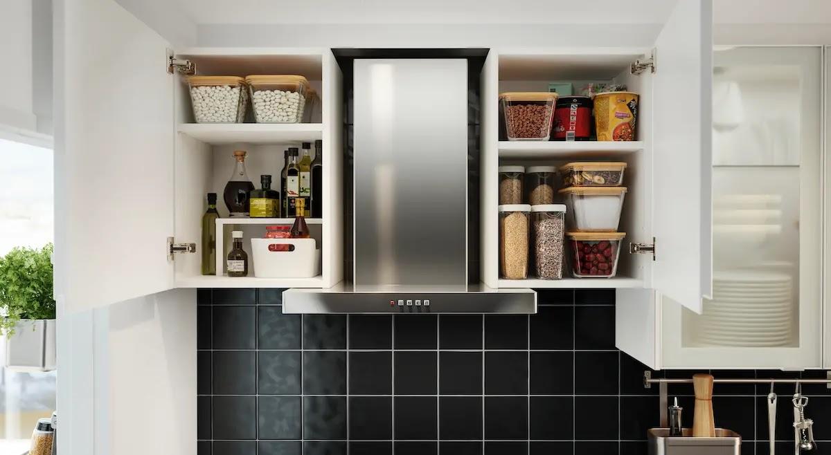 Orden en la despensa de la cocina: armarios altos