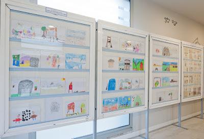 Dibujos de los alumnos del Virgen de Alba de Quirós en la exposición de Grucomi en el Museo Etnográfico
