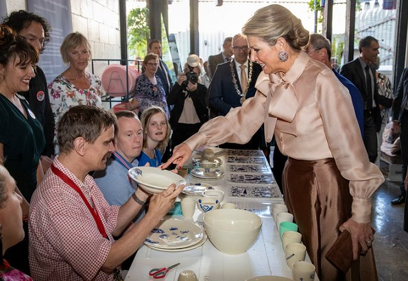 Queen Maxima wore Natan skirt nd Natan bow blouse, she wore Gianvito Rossi suede pumps and carriedNatan clutch bag. Stichting Social Label