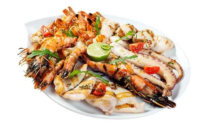 Camarones, pescado, paella,