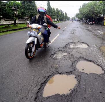 jalan berlubang dan rusak