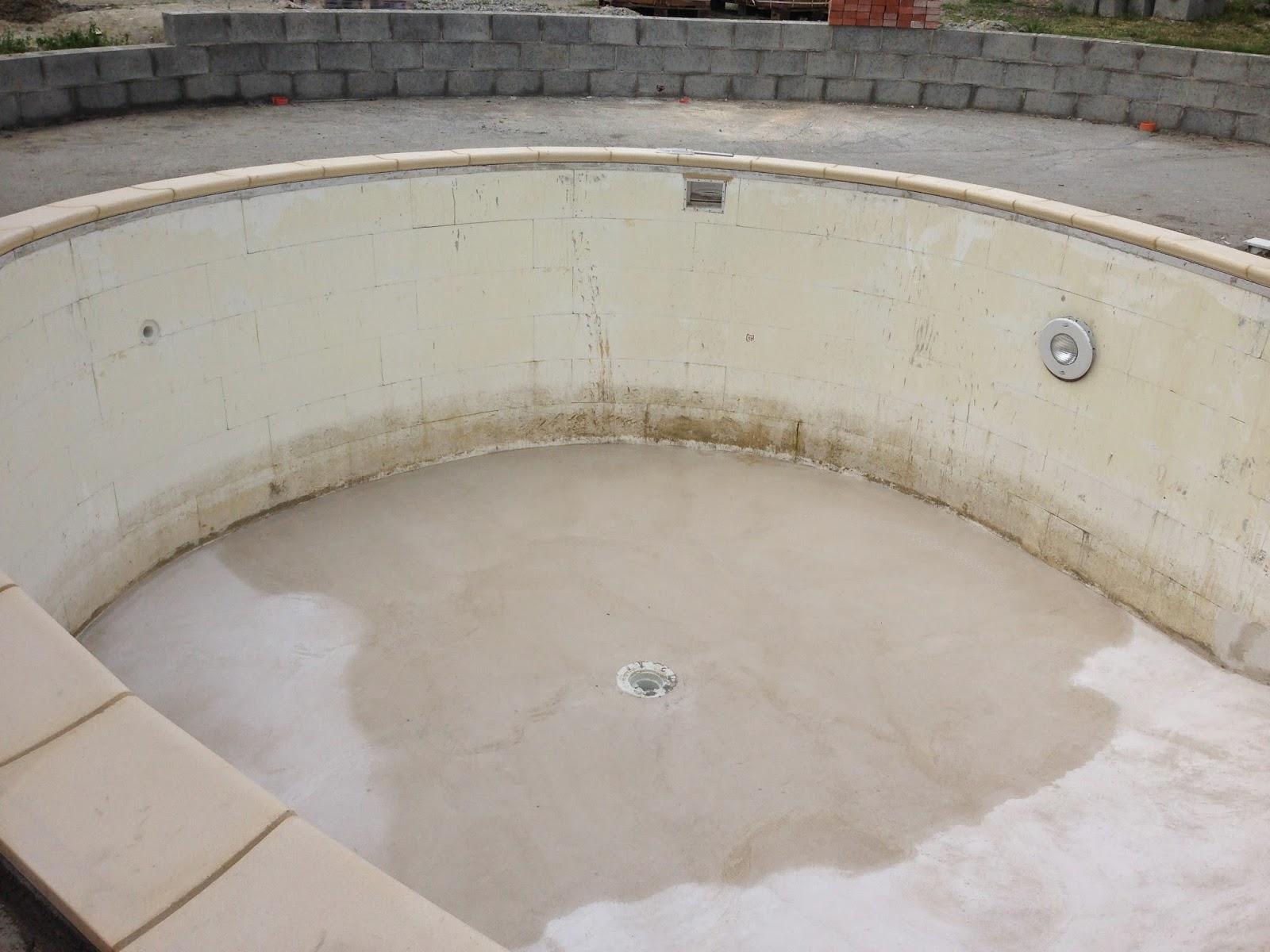 Corteranzo: Avanzamento della piscina con la posa del bordo