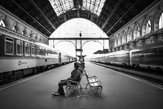 menunggu-di-stasiun