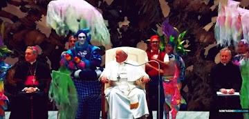 Papa Francisco recebe uma apresentação estranha no salão que parece reptiliano