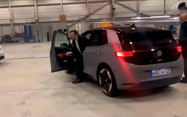 Vídeo: Elon Musk, da Tesla, testa do Volkswagen ID.3