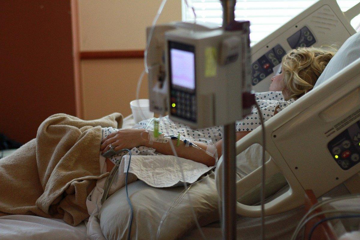 Światowy Dzień Chorego - pacjenta w szpitalu leży w łóżku pod aparaturą