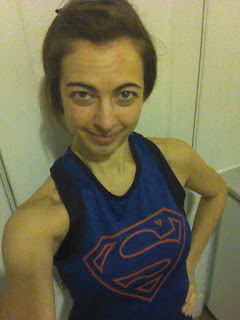 Coureuse souriante, camisole Superman