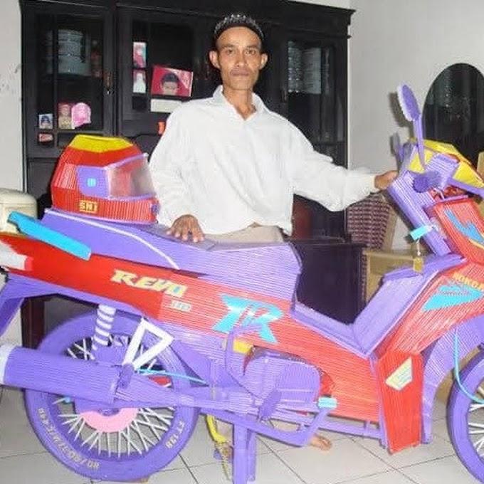 Kreativitas Tanpas Batas, Pria Ini Buat Replika Motor dari Sedotan