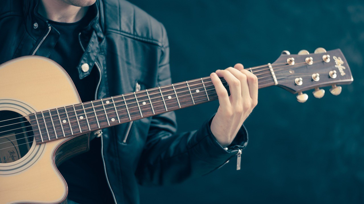 Nyanyi dan Main Gitar Bareng